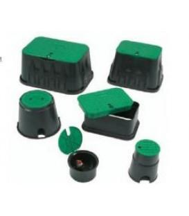 Arqueta negra rectangular con tapa verde y tornillo. Rain Bird.